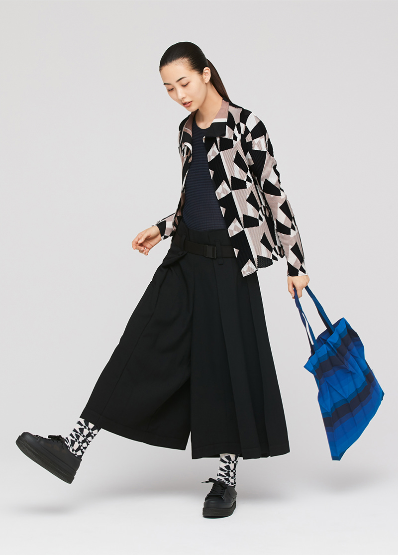 Show photo of look image (TARGET / A-POC STRETCH PLEATS 2 / WOOL LIKE CHAMBRAY / TARGET SOCKS / OMBRER STRIPE PLEATS BAG)